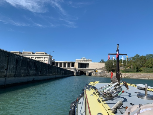 20190903 02 Approaching the Bollene Lock 23m